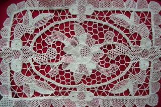 Centro de mesa o camino tejido en encaje veneciano artesanal