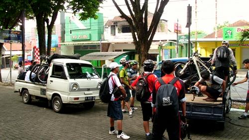 Kami berangkat dari Kota Malang menggunakan 2 buah kendaraan Pick Up.