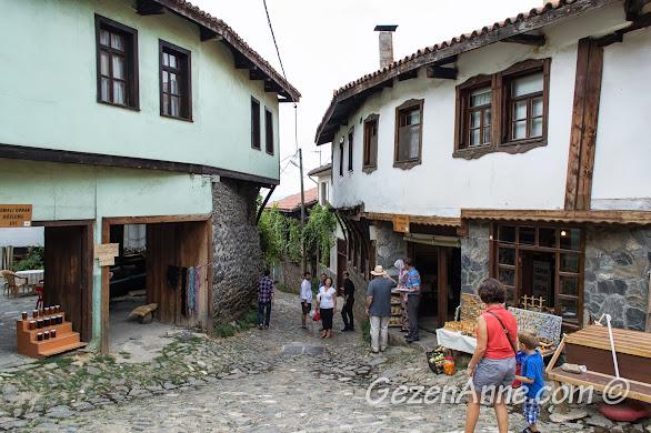Bursa Cumalıkızık köyünde herbiri gözleme, kahvaltı evi olarak kullanılan tarihi evler