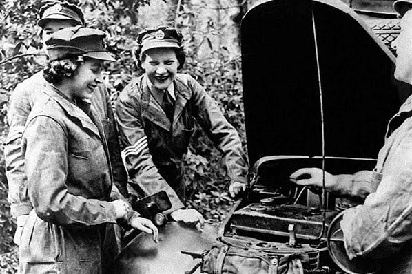 Rainha Elizabeth trabalhou como mecânica e motorista de caminhão. Fotografia: autor desconhecido.