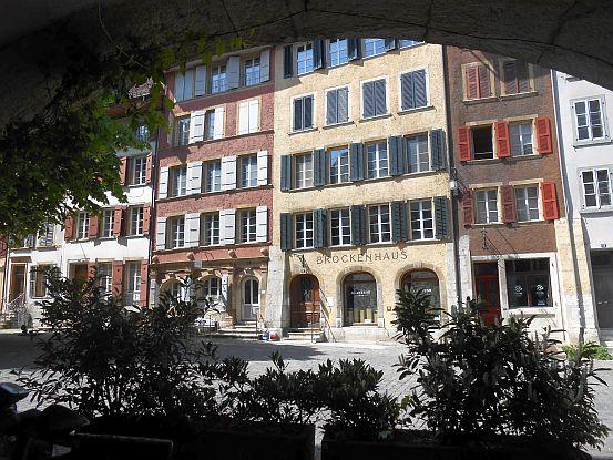Biel/Bienne: Blick von den Arkaden auf das Brockenhaus