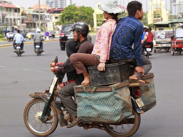 Ciclomotor transportando tres personas
