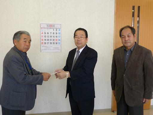 北竜ライオンズクラブ本家会長より支援金を受け取る、田中副代表