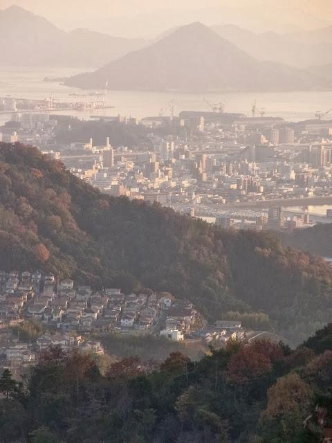 紅葉と広島市街