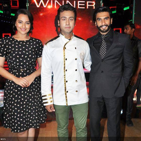 Lootera cast Sonakshi Sinha and Ranveer Singh with the winner of Master Chef Season 3 Ripu Daman Handa, during the grand finale of the cookery show, held in Mumbai. (Pic: Viral Bhayani)