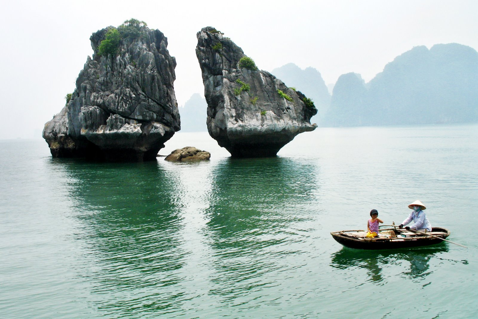 Chèo thuyền ở Vịnh Hạ Long