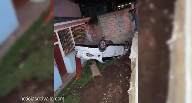 Vehículo cae aparatosamente dentro de escuela