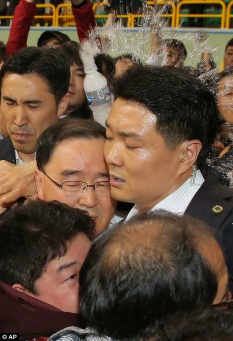 不明者遺族から張り手される韓国政府関係者