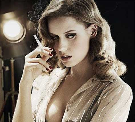 Manuela Vellés, fumando