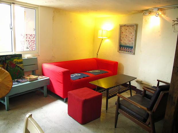 店內一隅,卻擺放著鮮豔的大紅色沙發,自成一個小天地,是姊妹淘談心的好地方。新舊時光交錯,交織成特別的韻味。-台中咖啡館-拾光機。壹号