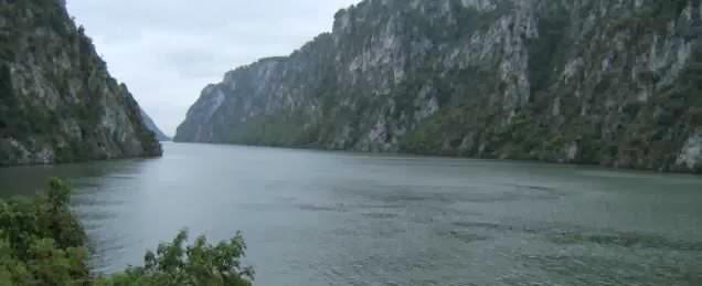 Dramatisierte Natur-Impressionen: Donau-Durchbruch Eisernes Tor bei Regen