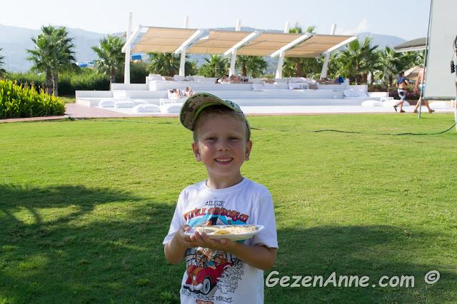 oğlum çok sevdiği gözlemesini aldıktan sonra, Hilton Dalaman