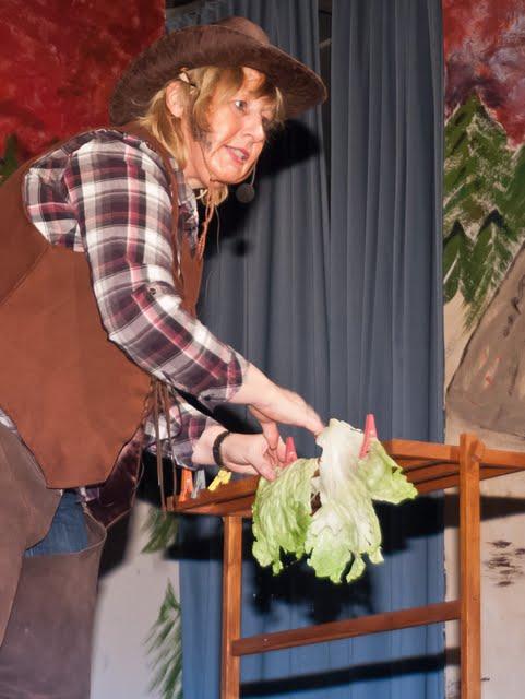 Nach über 30 Ehejahren muss sich Cowboy Bill das Essen selbst zubereiten und der Kopfsalat landet nach dem Waschen erstmal auf dem Wäscheständer.