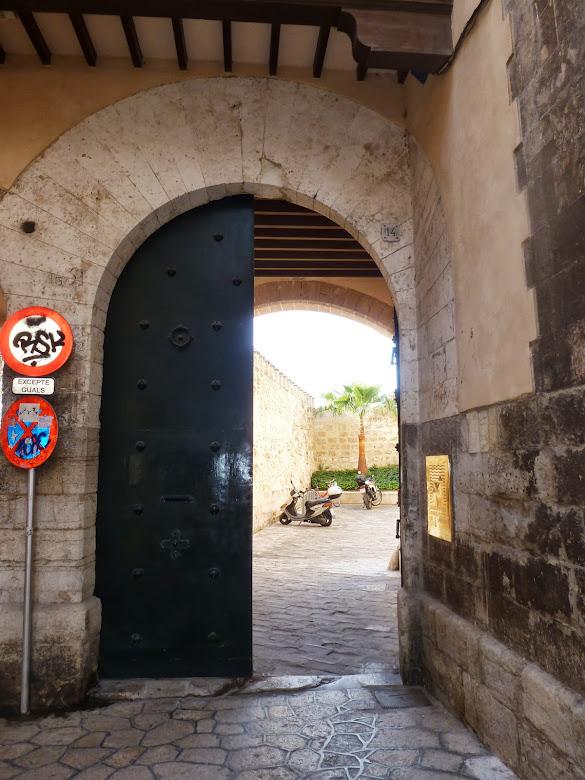 Portón de entrada al patio.