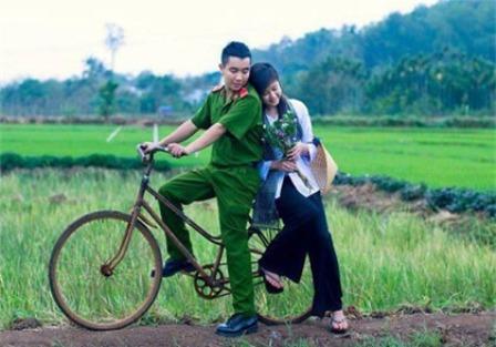 Ảnh bộ đội chở người yêu đi chơi bằng xe đạp