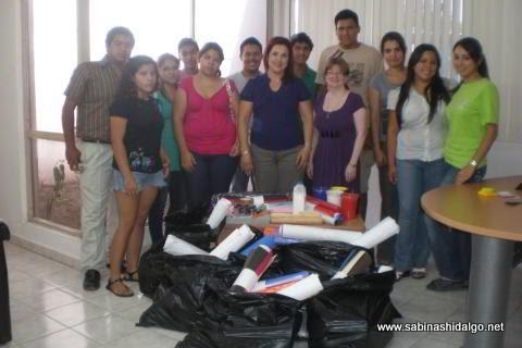 Entrega de material escolar a normalistas que participaron como instructores