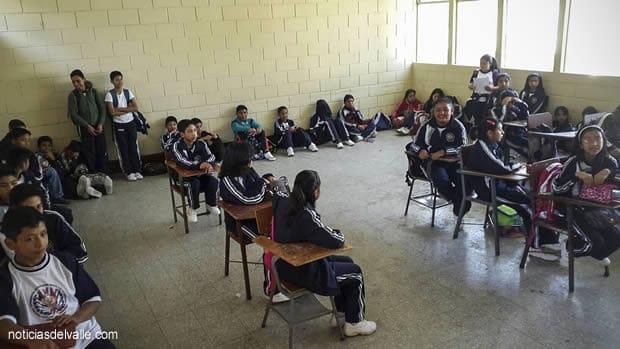 Reciben clases sentados en el suelo, estudiantes no cuentan con escritorios