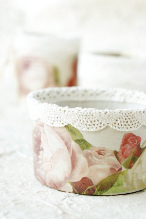 Decoupage roses on tin cans
