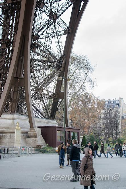 Eiffel kulesinin ayaklarını incelerken