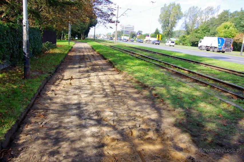 Zerwano chodnik, który był bardzo szeroki. Powstanie tu droga dla rowerów i nowy równy chodnik.