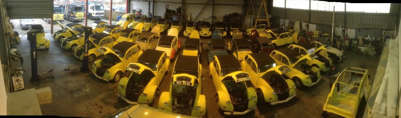 Les 2cv jaunes bien rangées dans notre dépôt