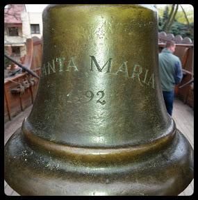 Na zdjęciu widoczny jest dzwon z żaglowca Santa Maria w muzeum Fiedlera