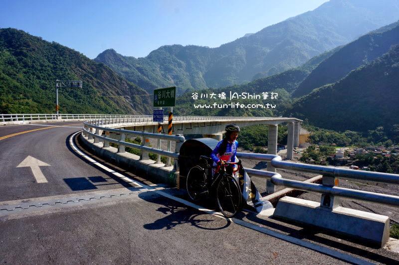 單車挑戰霧台,剛好拍到行經谷川大橋的戰神大姊
