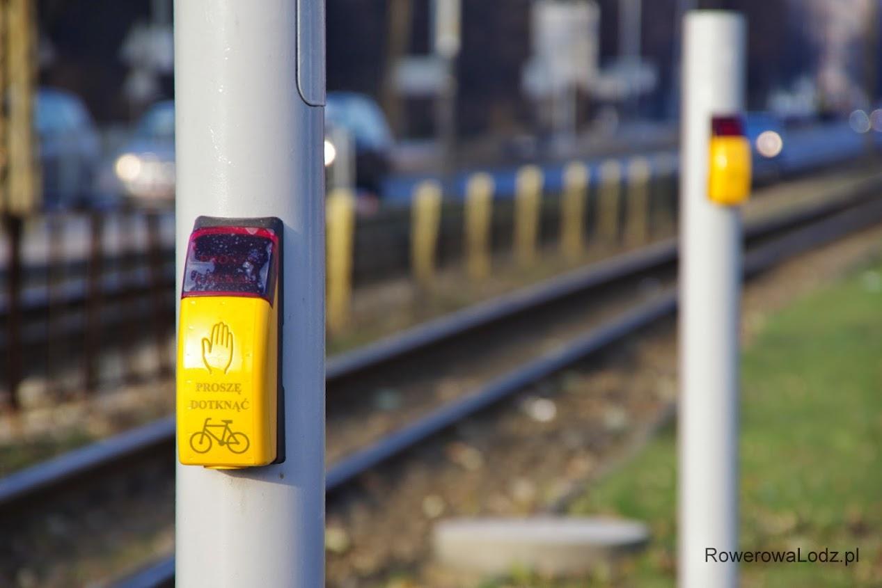 Bodaj pierwsze w Łodzi specjalne przyciski dla rowerzystów - jako dodatkowy sposób zgłoszenia, na wypadek awarii automatu wykrywającego rowerzystów za pomocą fal radiowych.
