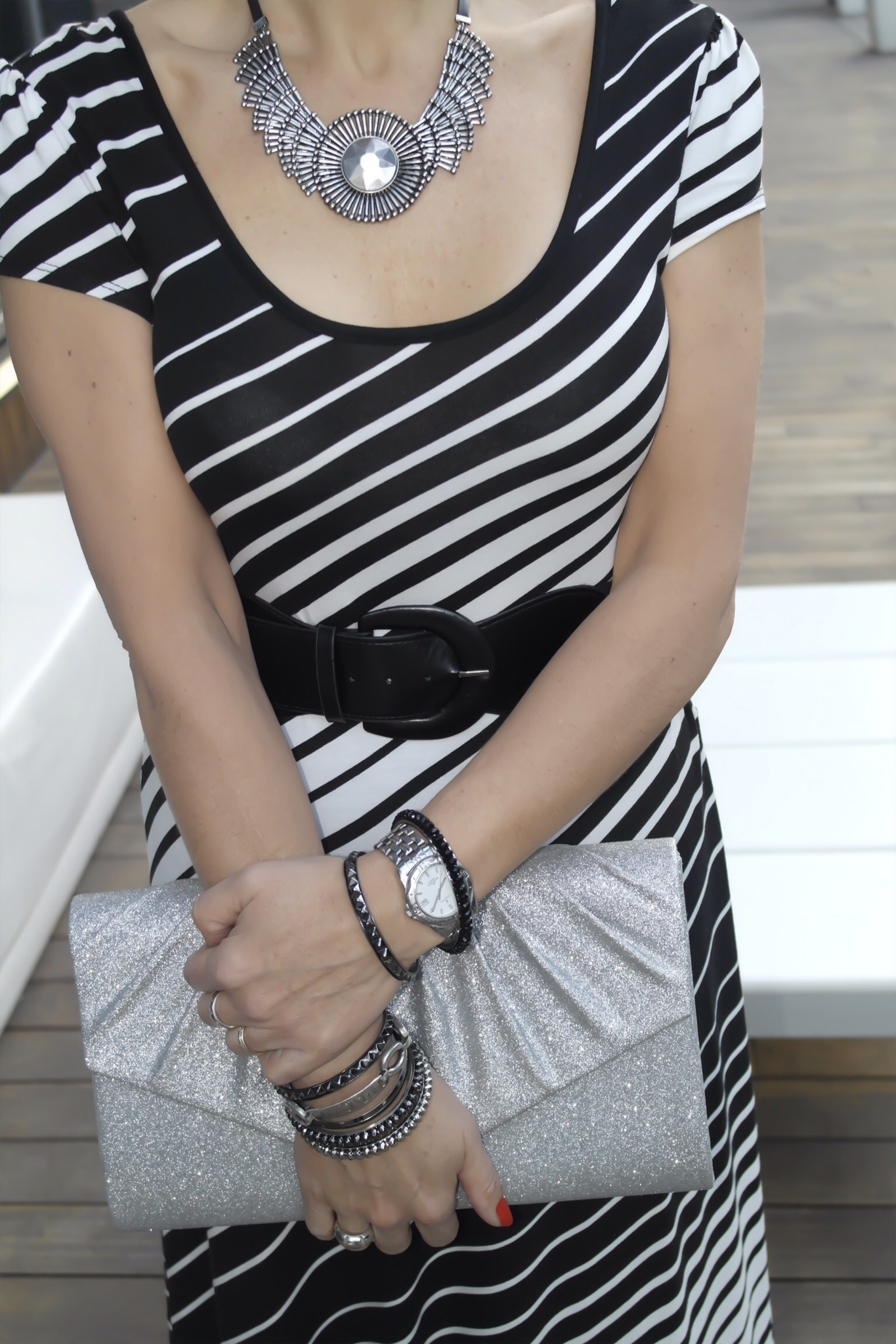 Vestido blanco negro accesorios