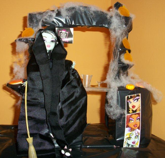 Fiesta DIY de Halloween de Bea-Trici: Frankie Dead Tired vestida de bruja, o bangshee