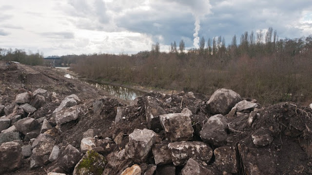 Die großen Steinbrocken stammen von der früheren Uferbefestigung.