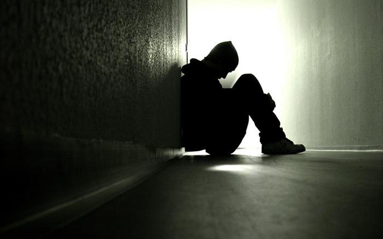 Ảnh chàng trai ngồi buồn trong đêm