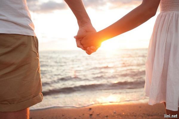 tải ảnh nắm tay nhau đi dạo bên Biển