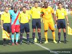 Les capitaines de deux équipes : Les Léopards de la RDC (bleu) et les Eléphants de la Côte d'Ivoire (jaune) posant avec des arbitres du match le 11/10/2014 au stade Tata Raphaël à Kinshasa, score: 2-1. Radio Okapi/Ph. John Bompengo