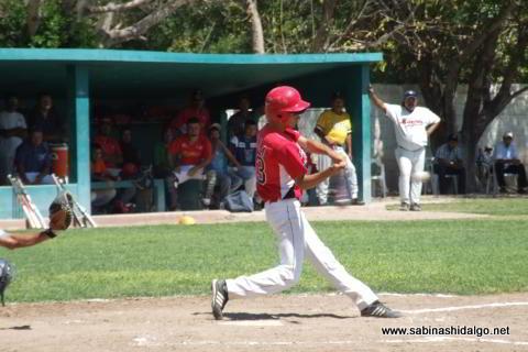 César Leza de Mineros de Vallecillo bateando en el beisbol municipal