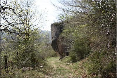 Gran roca junto al camino
