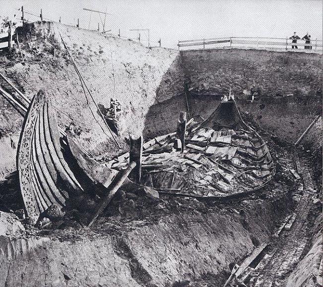 Junto da navio estavam 4 trenós, mais de 10 cavalos, camas, alimentos e outros objetos que demonstravam a posição social do morto