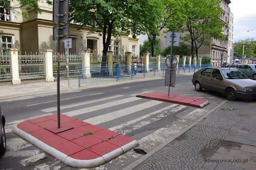 Przejście dla pieszych zrobione w ten sposób, aby zapewnić widoczność pieszego, a jednocześnie do minimum zmniejszyć przestrzeń na której pieszy jest na jezdni.