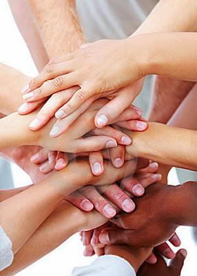 Resultado de imagem para pessoas dando as mãos