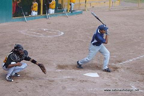José Leza Montemayor bateando por Tigres en el softbol dominical