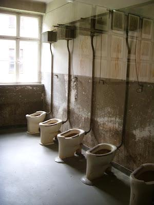 収容所のトイレ