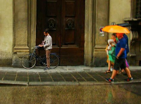 Una ciudad sin prisas permite pararse a leer hasta que amaine la tormenta