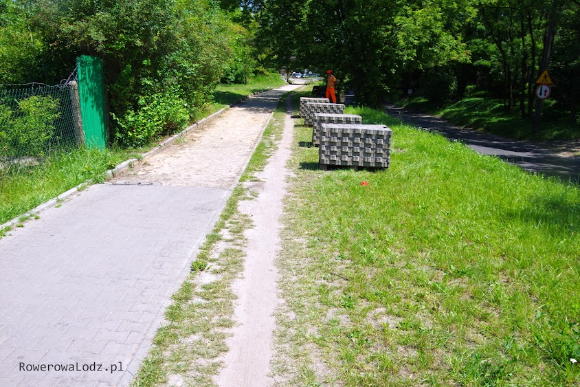 Chodnik jest demontowany, bo niebawem będzie i nowy chodnik i rowerówka obok.