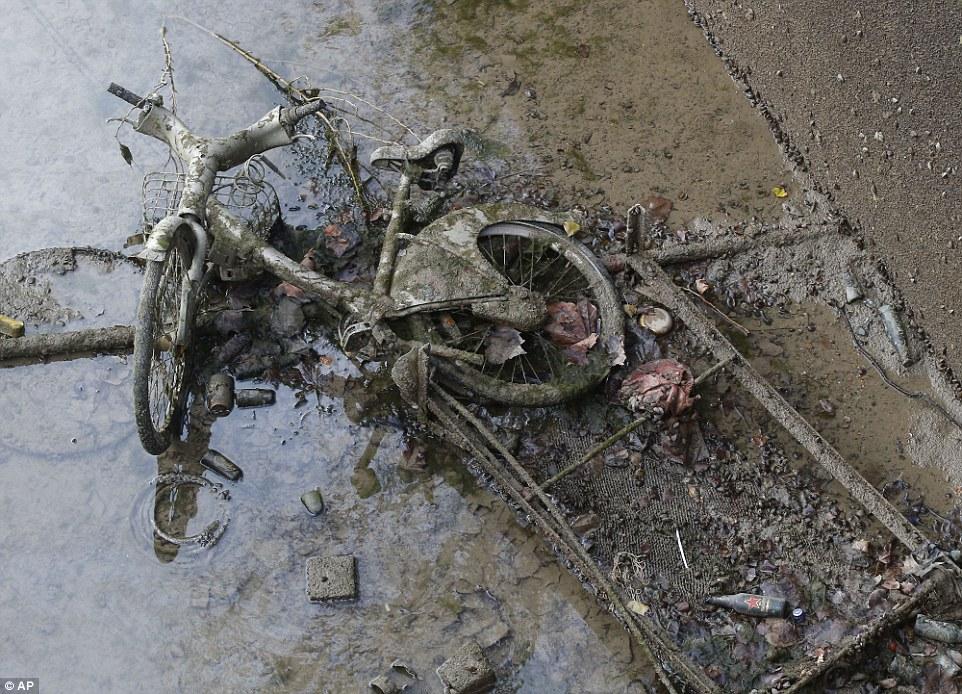 生鏽的車輪:運河底部的一個廢棄的自行車躺在泥土上,在清理過程中已經被發現