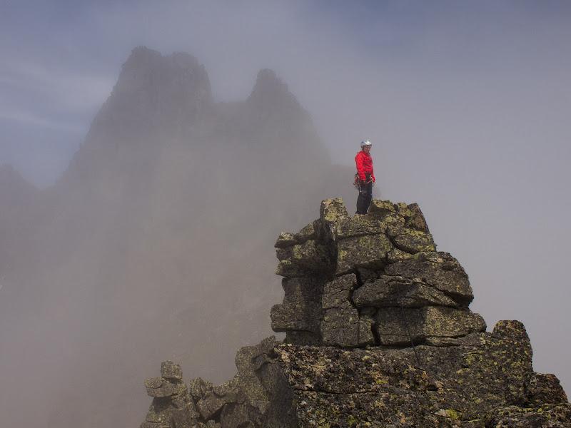 La Sílvia al cim del Cilindre d'Escobes, amb el Pic d'Escobes al fons entre la boira
