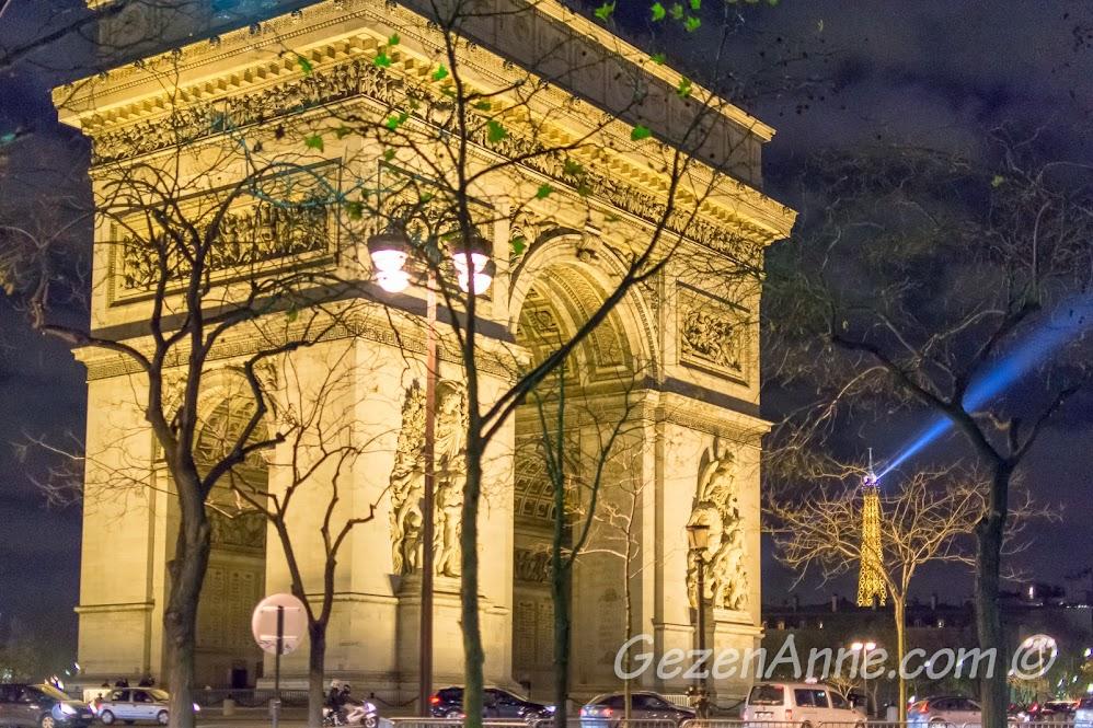 Arc de Triomphe ve arkada Eiffel kulesi (gece), Paris