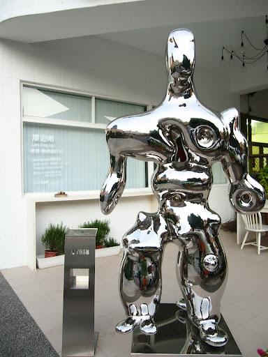 被椅子 & 半朵花破壞畫面的金屬雕塑