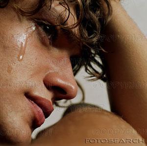 giovane uomo che piange