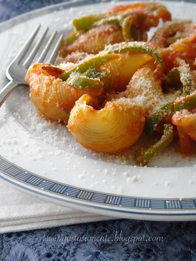 Conchiglioni al forno con peperoni verdi