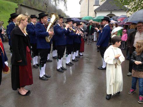 Dorfkapelle am Weißen Sonntag mit Erstkommunion-Kind in Dalaas, Klostertal, Vorarlberg, Österreich